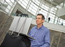 Het werken aan Laptop in Luchthaven T Royalty-vrije Stock Foto