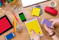 Het werken aan lijst met gadgets Stock Fotografie