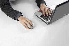 Het werken aan muis en laptop Stock Afbeeldingen