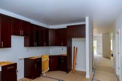 het werken aan nieuwe de Verbetering van het keukenkastenhuis Keuken remodelleert royalty-vrije stock fotografie