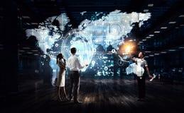 Het werken aan strategie van globale zaken stock afbeelding