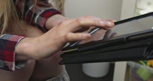 Het werken aan tablet in toilet stock video