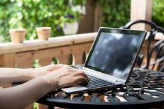 Het werken aan Terras met Laptop/Bedrijfstablet met Toetsenbord O stock afbeelding