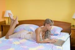 Het werken in bed Stock Afbeelding