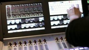 Het werken bij correct mixer en versterkermateriaal stock footage