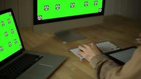 Het werken bij Houten Bureau bij computer en apparaten stock footage