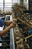 Het werken bij zijdefabriek stock foto