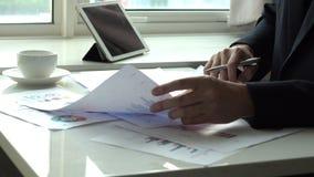 Het werken in bureau met grafiek stock video