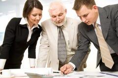 Het werken businesspeople in een bureau stock foto's