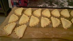 Het werken in de bakkerij maakt cakes stock footage