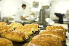 Het werken in een bakkerij stock fotografie