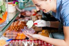 Het werken in een slagerij Stock Foto