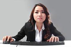Het werken hard aan computer Stock Fotografie