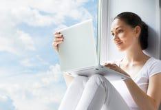 Het werken in laptop Royalty-vrije Stock Foto