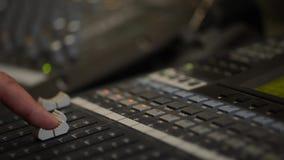 Het werken met analogic correcte mixer Het professionele audio het mengen zich van consoleradio en TV uitzenden stock video