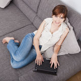 Het werken met laptop Stock Fotografie