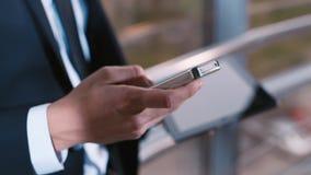 Het werken met mobiele telefoons en tabletten stock videobeelden