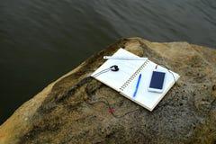 Het werken met notitieboekje bij rivieroever 2 Stock Afbeelding
