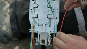 Het werken met optische vezel stock footage