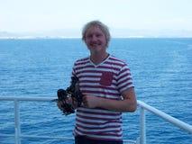 Het werken met sextant aan boord van koopvaardijschip dichtbij de kust royalty-vrije stock foto