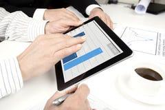 Het werken met tablet Royalty-vrije Stock Afbeeldingen