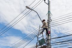 Het werken om elektrische lijn te installeren Stock Foto
