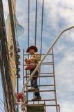 Het werken om elektrische lijn te installeren Stock Fotografie