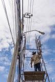 Het werken om elektrische lijn te installeren Royalty-vrije Stock Foto