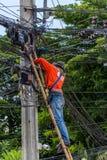 Het werken om elektrische lijn te installeren Royalty-vrije Stock Fotografie