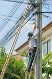 Het werken om kabeltelevisie-systeem te installeren Stock Foto's