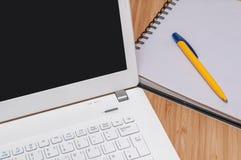 Het werken thuis aan laptop Stock Fotografie