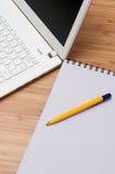 Het werken thuis aan laptop Royalty-vrije Stock Foto's