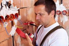 Het werken van de elektricien Stock Afbeeldingen