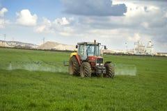 Het werken van de tractor stock afbeeldingen