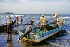 Het werken van vissers Stock Foto's