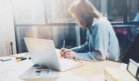 Het werkende beeld van de rekeningsmanager Foto het jonge bedrijfsvrouwenwerk met nieuw startproject in bureau Analyseer document stock afbeelding