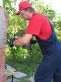 Het werkende mannetje jackhammer vernietigt de oude Stichting Royalty-vrije Stock Afbeeldingen