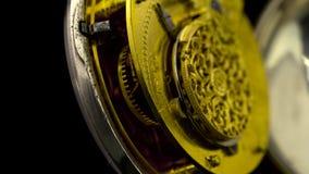 Het werkende mechanisme van de close-up van het kloktoestel roteert Zwarte achtergrond Sluit omhoog Geluid stock footage