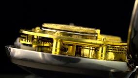 Het werkende mechanisme van de close-up van het kloktoestel roteert Zwarte achtergrond Sluit omhoog Geluid stock videobeelden