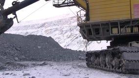 Het werkgraafwerktuig in de steengroeve stock footage