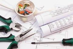 Het werkhulpmiddelen, elektrodoos met kabels en elektrobouwtekening Stock Foto's