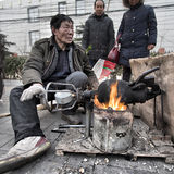 Het in werking stellen van een Chinese graanpopcornpan stock foto's