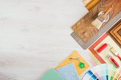 Het werklijst van de decorateur met hulpmiddelen stock afbeelding