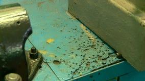 Het werkmonteur toolmaker bij de fabriek stock footage