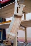 Het werkstuk voor de vervaardiging van een muzikaal instrument, de harp stock foto