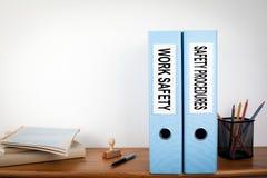 Het werkveiligheid en van Veiligheidsprocedures Bindmiddelen in het Bureau Kantoorbehoeften op een houten plank Stock Afbeeldingen