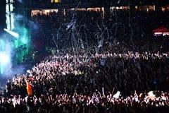 Het werpen van confettien van het stadium op menigte Stock Foto