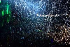 Het werpen van confettien van het stadium op menigte Royalty-vrije Stock Afbeeldingen