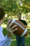 Het werpen van de voetbal Stock Foto