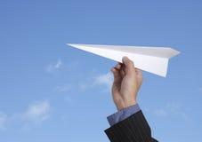 Het werpen van een document vliegtuig Stock Foto's